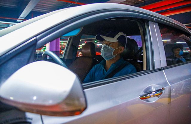 Hành khách thở dốc, vã mồ hôi hột khi vác hành lý 4 tầng để đón xe công nghệ tại Tân Sơn Nhất - Ảnh 16.