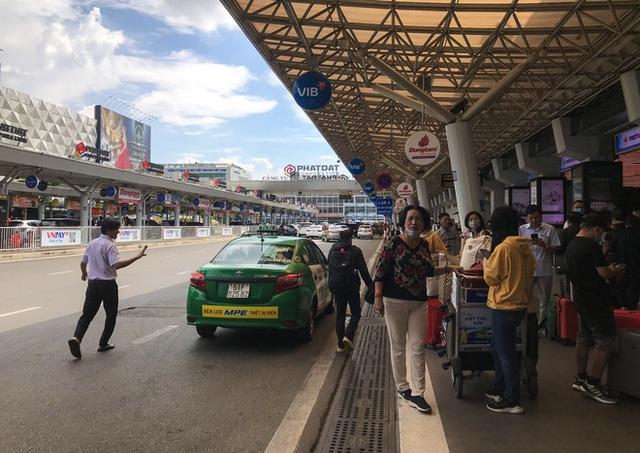 Hành khách thở dốc, vã mồ hôi hột khi vác hành lý 4 tầng để đón xe công nghệ tại Tân Sơn Nhất - Ảnh 17.