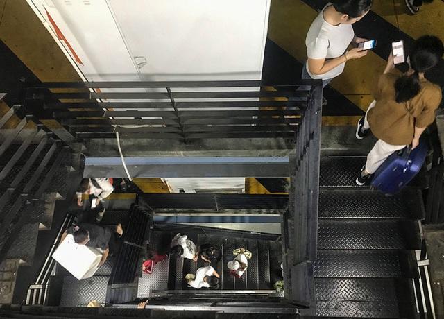 Hành khách thở dốc, vã mồ hôi hột khi vác hành lý 4 tầng để đón xe công nghệ tại Tân Sơn Nhất - Ảnh 6.