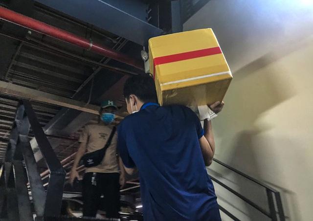 Hành khách thở dốc, vã mồ hôi hột khi vác hành lý 4 tầng để đón xe công nghệ tại Tân Sơn Nhất - Ảnh 8.
