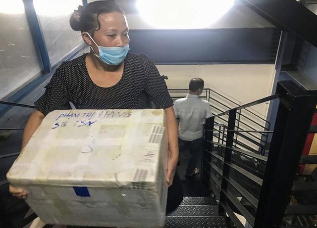 Hành khách thở dốc, vã mồ hôi hột khi vác hành lý 4 tầng để đón xe công nghệ tại Tân Sơn Nhất - Ảnh 9.