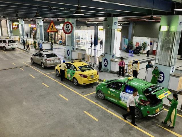 """Yêu cầu xử lý nghiêm tài xế taxi """"chê khách gần"""", """"làm giá"""" ở sân bay Tân Sơn Nhất  - Ảnh 1."""
