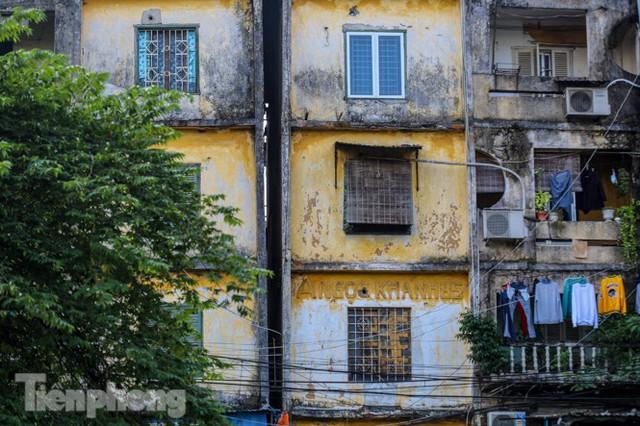 Cận cảnh các chung cư trước nguy cơ đổ sập bất cứ lúc nào ở Hà Nội - Ảnh 2.