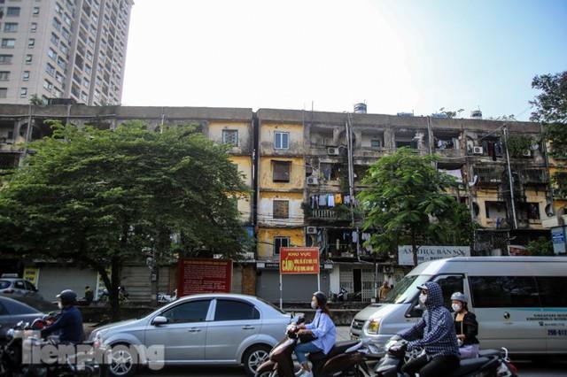 Cận cảnh các chung cư trước nguy cơ đổ sập bất cứ lúc nào ở Hà Nội - Ảnh 1.