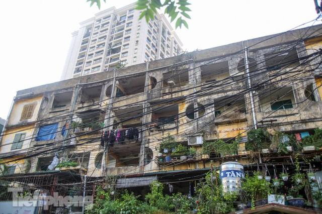 Cận cảnh các chung cư trước nguy cơ đổ sập bất cứ lúc nào ở Hà Nội - Ảnh 11.