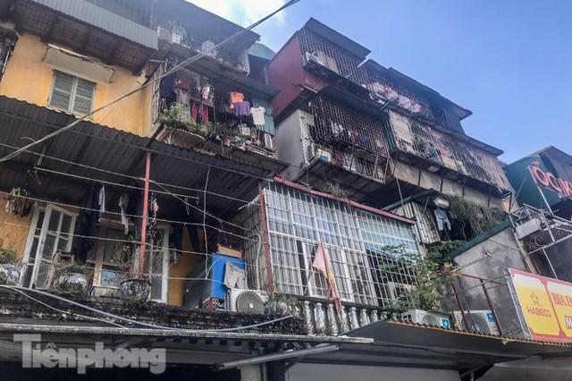 Cận cảnh các chung cư trước nguy cơ đổ sập bất cứ lúc nào ở Hà Nội - Ảnh 12.
