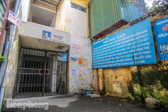Cận cảnh các chung cư trước nguy cơ đổ sập bất cứ lúc nào ở Hà Nội - Ảnh 13.