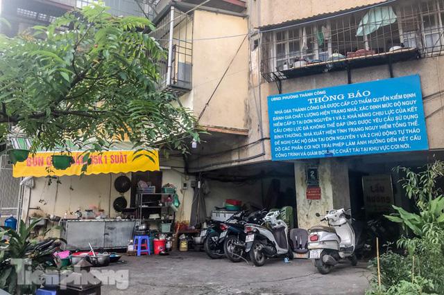 Cận cảnh các chung cư trước nguy cơ đổ sập bất cứ lúc nào ở Hà Nội - Ảnh 14.