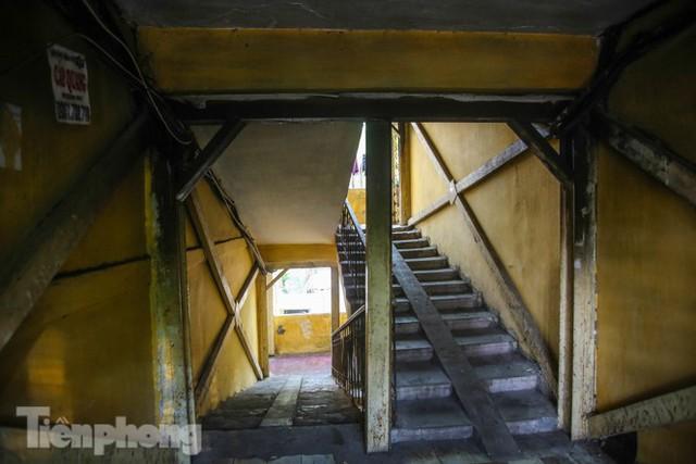 Cận cảnh các chung cư trước nguy cơ đổ sập bất cứ lúc nào ở Hà Nội - Ảnh 17.