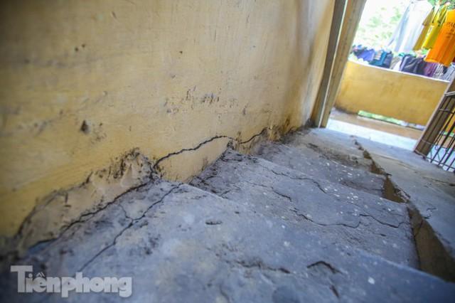Cận cảnh các chung cư trước nguy cơ đổ sập bất cứ lúc nào ở Hà Nội - Ảnh 19.