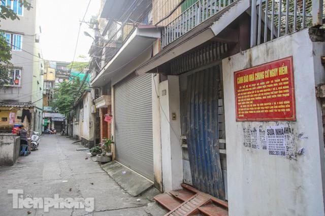 Cận cảnh các chung cư trước nguy cơ đổ sập bất cứ lúc nào ở Hà Nội - Ảnh 21.