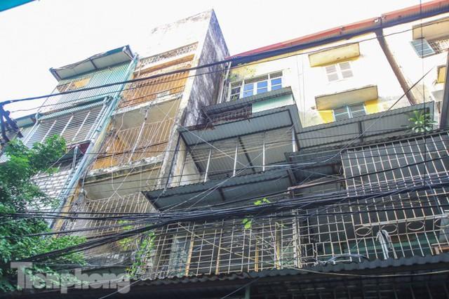 Cận cảnh các chung cư trước nguy cơ đổ sập bất cứ lúc nào ở Hà Nội - Ảnh 22.