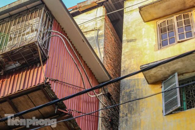 Cận cảnh các chung cư trước nguy cơ đổ sập bất cứ lúc nào ở Hà Nội - Ảnh 23.