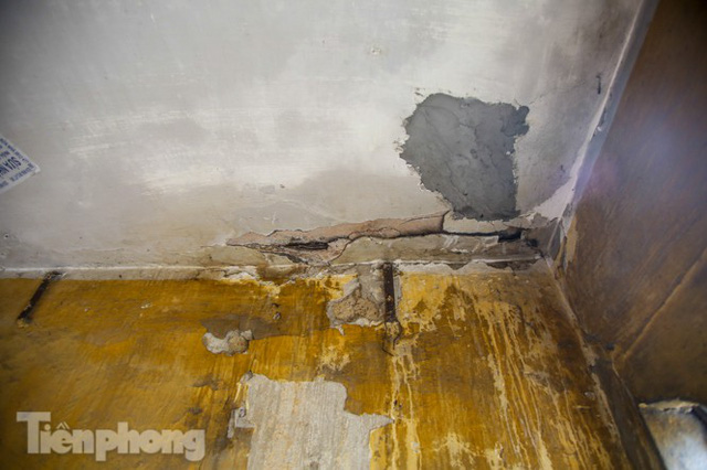 Cận cảnh các chung cư trước nguy cơ đổ sập bất cứ lúc nào ở Hà Nội - Ảnh 9.