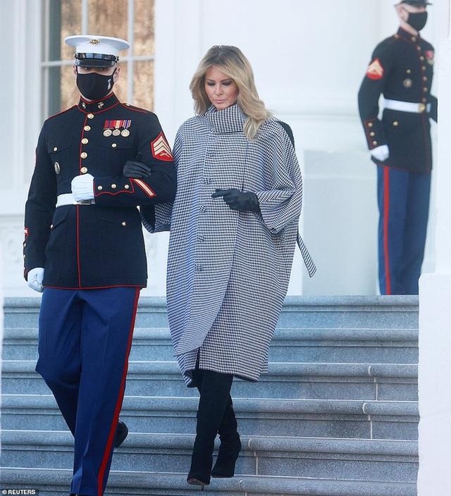 Đệ nhất phu nhân Mỹ vừa lộ diện đã chiếm spotlight với thần thái hơn người, tiếp tục gây chú ý bởi hành động đặc biệt - Ảnh 8.