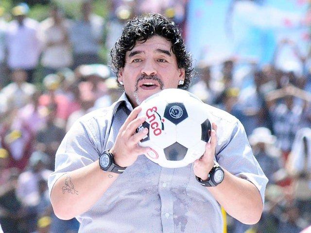 Huyền thoại bóng đá Diego Maradona qua đời ở tuổi 60 vì đau tim - Ảnh 1.