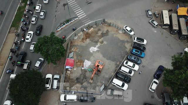 Rào chắn thi công hầm chui Lê Văn Lương tại nút giao 10 làn xe - Ảnh 1.