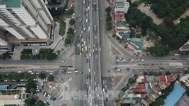 Rào chắn thi công hầm chui Lê Văn Lương tại nút giao 10 làn xe - Ảnh 2.