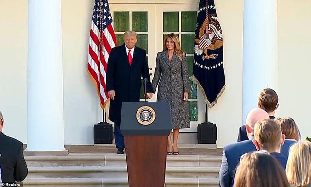 Dính nghi án hôn nhân trục trặc, Tổng thống Trump đáp lại bằng cử chỉ đầy tinh tế với Đệ nhất phu nhân trong lần xuất hiện mới nhất - Ảnh 1.