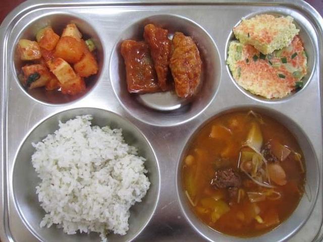 Những suất cơm canteen của học sinh Hàn Quốc: Giá thành rẻ, nhìn đơn giản nhưng chế độ dinh dưỡng hàng top thế giới - Ảnh 1.