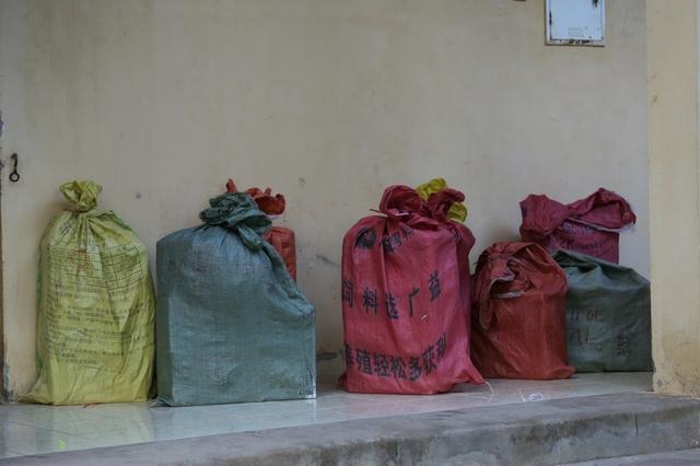 Lạng Sơn: Nhiều đối tượng buôn lậu phản kháng, giành giật hàng với lực lượng chức năng - Ảnh 1.