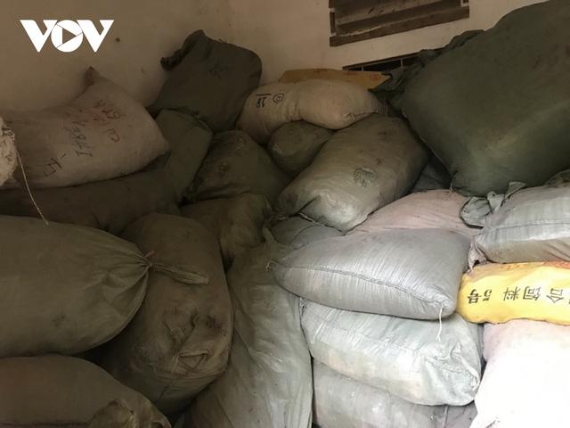 Lạng Sơn: Nhiều đối tượng buôn lậu phản kháng, giành giật hàng với lực lượng chức năng - Ảnh 2.