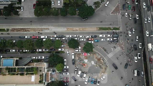 Rào chắn thi công hầm chui Lê Văn Lương tại nút giao 10 làn xe - Ảnh 3.