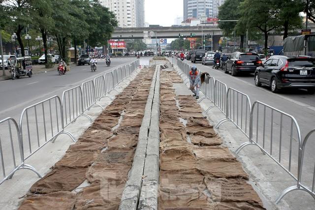 Rào chắn thi công hầm chui Lê Văn Lương tại nút giao 10 làn xe - Ảnh 6.
