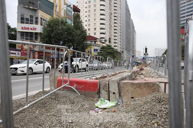 Rào chắn thi công hầm chui Lê Văn Lương tại nút giao 10 làn xe - Ảnh 8.