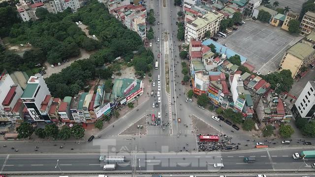 Rào chắn thi công hầm chui Lê Văn Lương tại nút giao 10 làn xe - Ảnh 10.