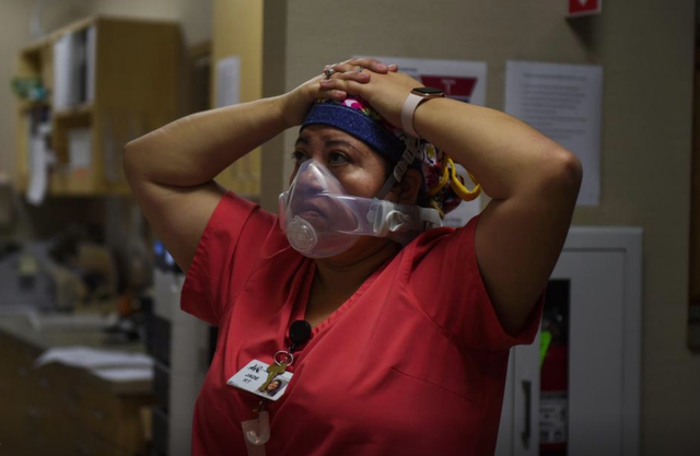 Nước Mỹ đang thất thủ vì Covid-19, bệnh nhân thoi thóp chờ giường bệnh, tâm lý chán nản bao trùm các bác sĩ - Ảnh 1.
