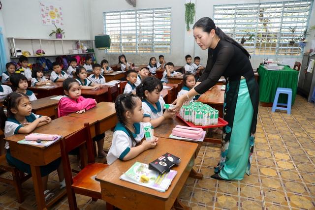 Vinamilk tổ chức ngày hội sữa học đường, mang niềm vui uống sữa tại trường đến với trẻ em Vĩnh Long - Ảnh 4.