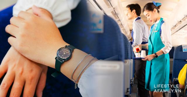Những bí mật sau chiếc đồng hồ bất ly thân của tiếp viên hàng không trên máy bay, hóa ra công dụng chẳng dừng lại ở việc xem giờ - Ảnh 1.