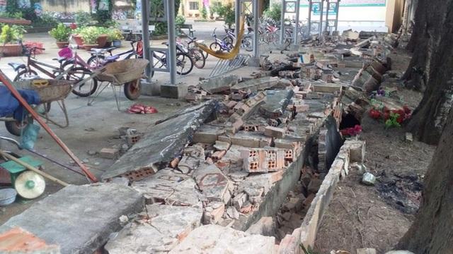 CLIP: Gần 30 m tường bao của 1 trường tiểu học ở Đồng Nai bất ngờ đổ sập  - Ảnh 2.