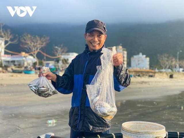 Ngư dân Đà Nẵng phấn khởi ra khơi thu tiền triệu sau bão - Ảnh 2.