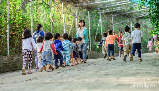 Cách xử lý quân phiệt khi học sinh đi toilet không bỏ giày đúng chỗ và triết lý giáo dục yêu thương cần tàn nhẫn ở 1 ngôi trường tại Hà Nội - Ảnh 3.