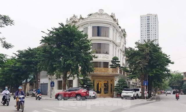 Hà Nội lệnh các quận báo cáo việc nở rộ công trình cung điện, lâu đài hợp thửa - Ảnh 2.