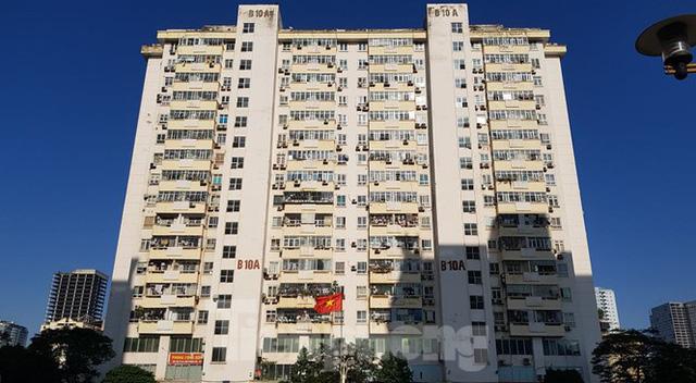 Hiện trường vụ rơi thang máy khiến nhiều người bị thương ở Hà Nội - Ảnh 1.