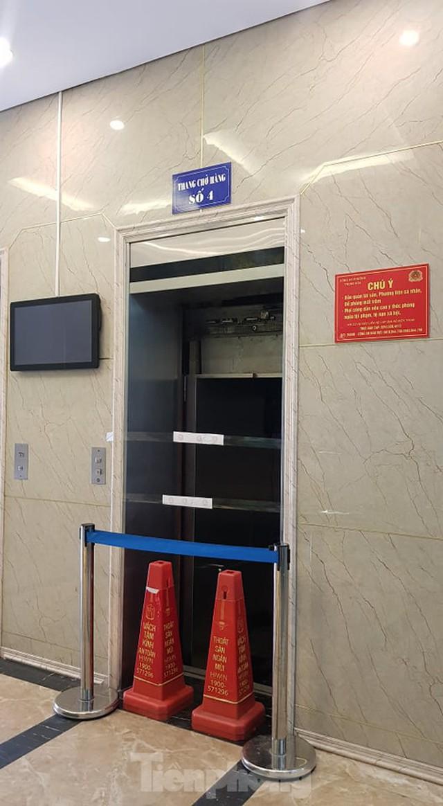Hiện trường vụ rơi thang máy khiến nhiều người bị thương ở Hà Nội - Ảnh 2.