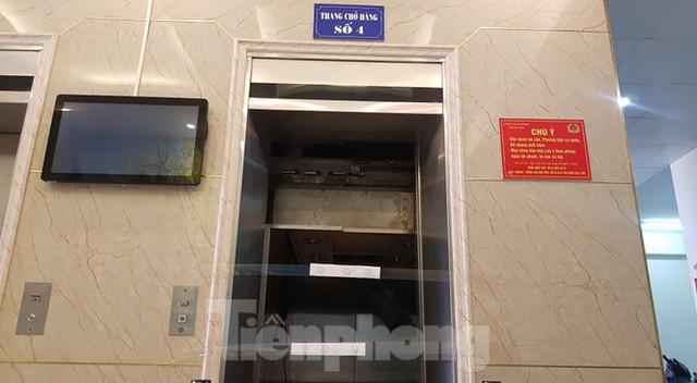 Hiện trường vụ rơi thang máy khiến nhiều người bị thương ở Hà Nội - Ảnh 3.