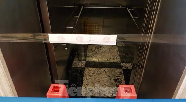 Hiện trường vụ rơi thang máy khiến nhiều người bị thương ở Hà Nội - Ảnh 6.