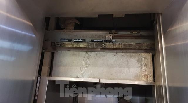 Hiện trường vụ rơi thang máy khiến nhiều người bị thương ở Hà Nội - Ảnh 8.