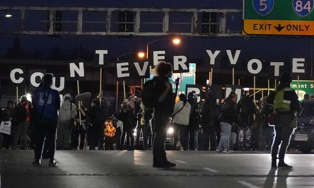 [Cập nhật] Người Mỹ tràn ra đường biểu tình, yêu cầu giới chức kiểm đếm toàn bộ số phiếu; ông Trump bắt đầu cuộc chiến pháp lý - Ảnh 4.
