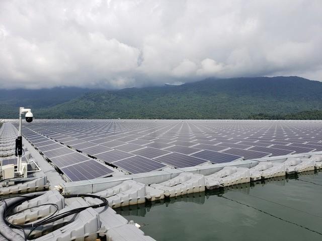 Nhộn nhịp dự án điện mặt trời trên nước  - Ảnh 1.