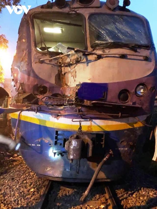 Xe container bị tàu hỏa tông đứt rời khi băng qua đường ngang  - Ảnh 2.