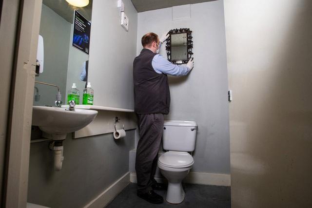 Gương cũ để suốt 40 năm trời trong WC không ai quan tâm hoá ra là báu vật của Hoàng gia Pháp trị giá đến 300 triệu đồng - Ảnh 2.