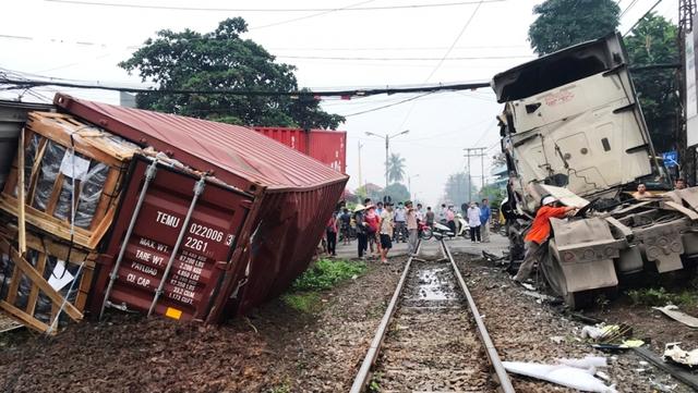 Xe container bị tàu hỏa tông đứt rời khi băng qua đường ngang  - Ảnh 3.