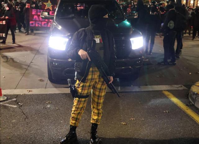 [Cập nhật] Súng xuất hiện trong các cuộc biểu tình sau bầu cử Tổng thống Mỹ, 60 người bị bắt - Ảnh 1.