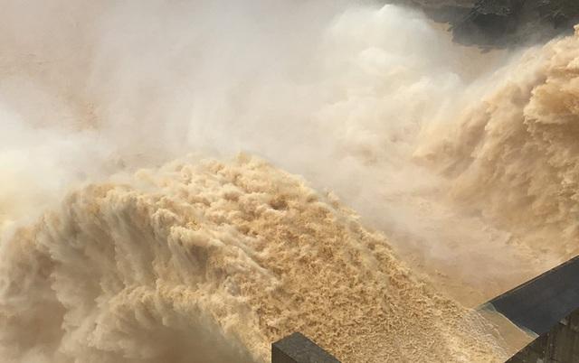 Mưa lớn, Nam Trà My bị chia cắt, thủy điện Sông Tranh 2 và Đak Mi 4 xả lũ  - Ảnh 1.