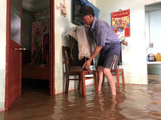 Hàng ngàn người dân ở Quảng Ngãi chạy lũ trong đêm - Ảnh 4.